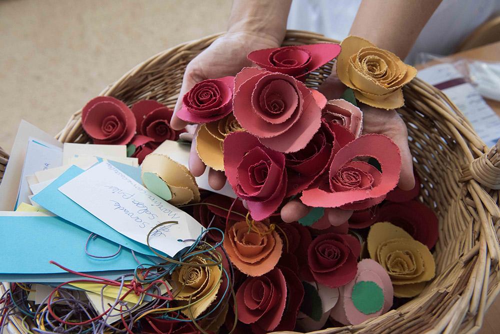 Taller ocupacional manualitats roses de paper